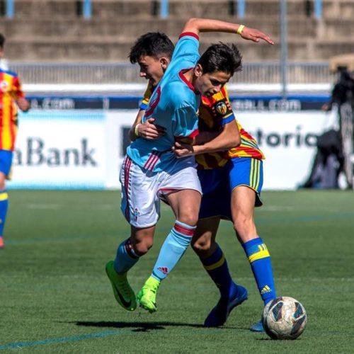 CELTA - VALENCIA CF  /  FIGUERES, 01/04/2018.- El jugador del Celta de Vigo (i) y el jugador del Valencia CF, disputan un balón durante el partido jugado en la localidad de Figueres, correspondiente a la final de la categoría B2 de la Mediterranean International Cup 2018 (MIC). EFE/ Adrià Fontanet