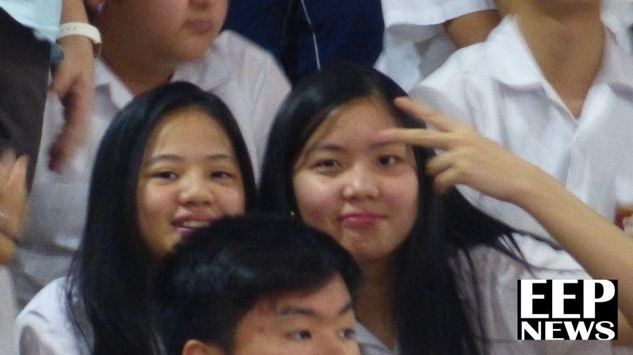 Estudiantes que asistieron muestran su alegría y entusiasmo por la celebración del primer año